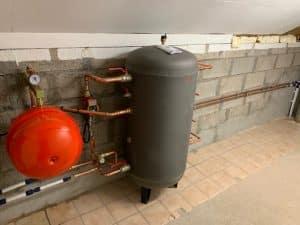 Installation d'une bouteille de mélange de marque AUER de 200L pour garantir une contenance d'eau optimale sur un circuit de chauffage